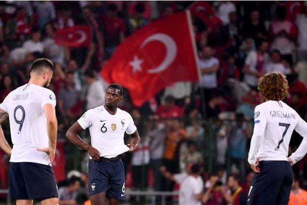 Tout a été compliqué en Turquie, de la défense à l'attaque, en passant par le milieu de terrain où Paul Pogba, d'habitude si solide, s'est fait sévèrement secouer, en plus d'afficher un déchet technique qu'on ne lui connaît pas.