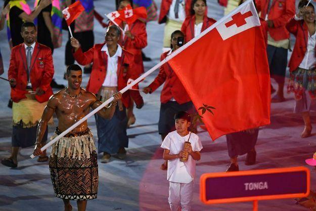 Pita Taufatofua, porte-drapeau des Tonga à Rio.