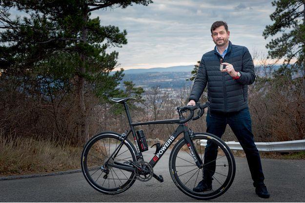 Dans sa main, le « moteur » qu'il cache dans le boîtier du pédalier. Istvan, 1,97 mètre, 47 ans, présente son vélo magique Epowers : entrée de gamme à 7 000 euros, prix moyen 30 000.