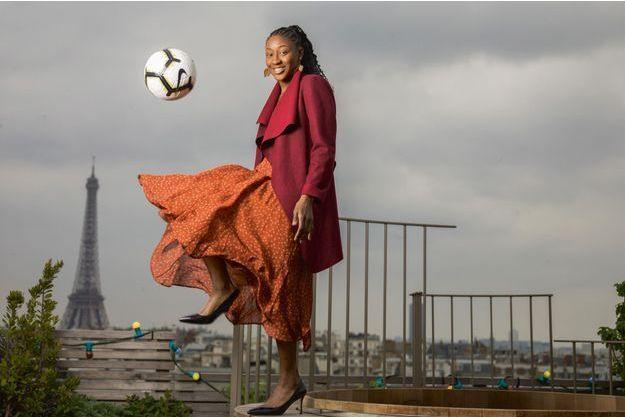 Kadidiatou Diani, en équilibre sur le toit de l'hôtel Brach à Paris, mi-mai.