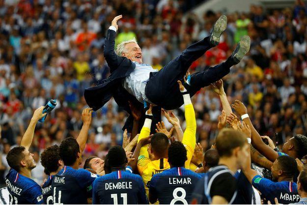 Didier Deschamps avec les joueurs de l'équipe de France après leur victoire à la Coupe du monde, dimanche, à Moscou.
