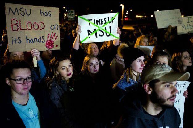 Des manifestations devant l'Université vendredi.
