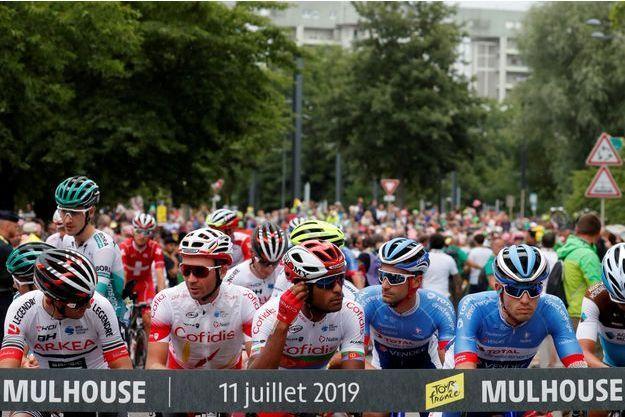 Le peloton sur la ligne de départ à Mulhouse.