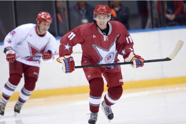 Vladimir Poutine inaugure à sa manière le Palais des glaces Bolchoï, achevé en 2012, en participant le 4 janvier à une partie de hockey avec les meilleurs joueurs de la ligue nationale russe.