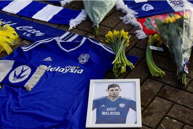 Des hommages à Emiliano Sala déposés à l'extérieur du stade de Cardiff, le 23 janvier.