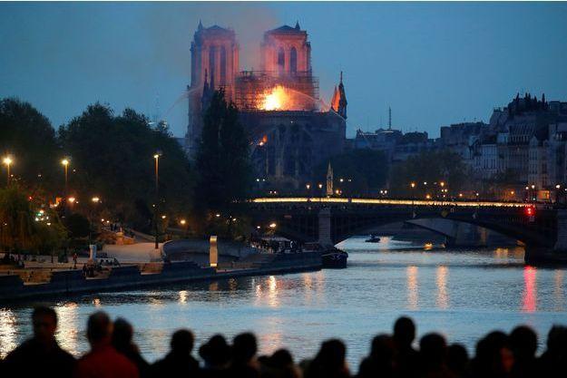 La cathédrale Notre-Dame de Paris en flammes.