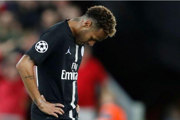 Neymar, tête basse, a joué un mauvais match face à Liverpool.