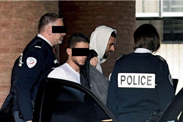 Jeudi 5 novembre, 9 heures. Le joueur (capuche sur la tête) quitte l'hôtel de police de Versailles. Il a interdiction de communiquer avec Valbuena, le plaignant.