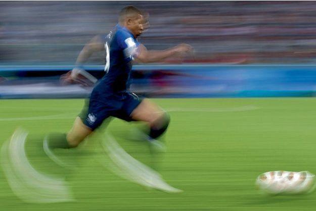 Un sprint qui fait voir flou aux photographes. A sa première prise de balle en demi-finale contre la Belgique, le 10 juillet.