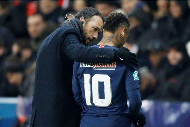 Neymar sort en larmes du terrain, mercredi, après avoir été touché au pied.