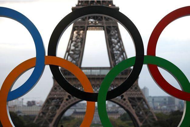 Les anneaux olympiques installés devant la Tour Eiffel.
