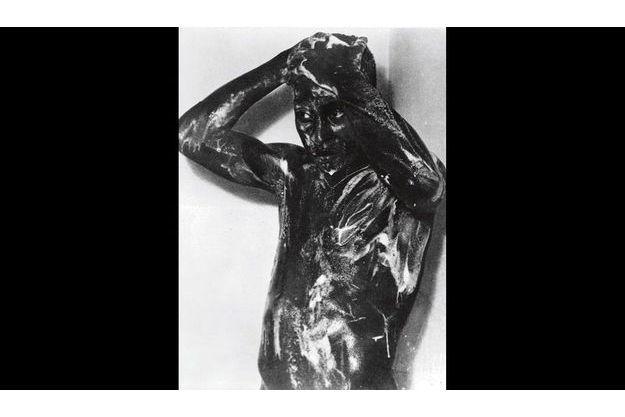 Cette statue de bronze qui est estimée à 1 milliard d'anciens francs représente le grand Pelé en train de prendre sa douche.