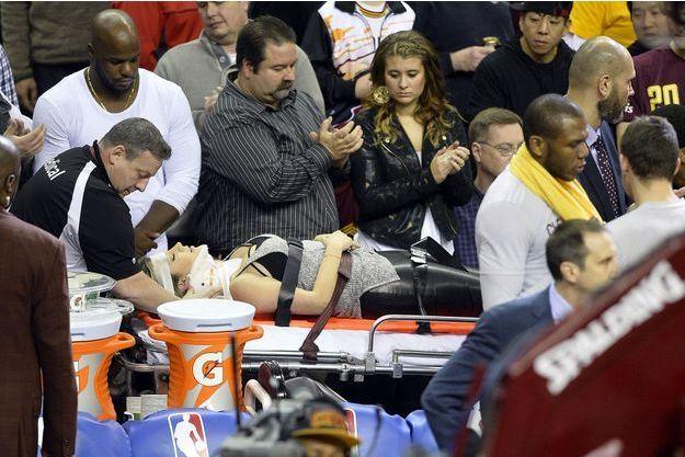 best sneakers fc869 953d0 Percutée en plein match - Quand LeBron James envoie une femme à l hôpital