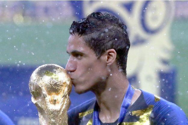 Le 15 juillet, Raphaël Varane embrasse la coupe sous une pluie battante.