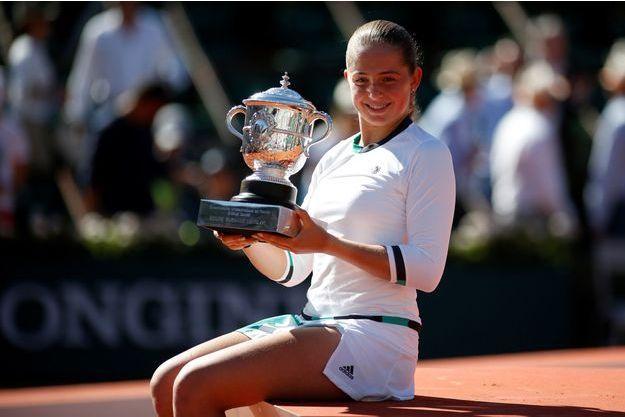 Jelena Ostapenko remporte le premier titre de sa jeune carrière, à Roland-Garros.
