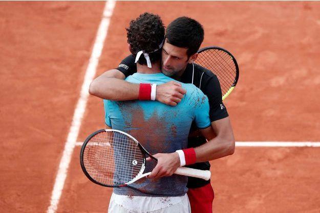 L'Italien Marco Cecchinato et l'ancien N.1 mondial Novak Djokovic après la balle de match.