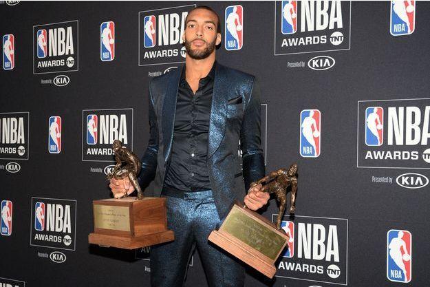 Rudy Gobert avec ses deux trophées de meilleur défenseur de l'année en NBA.