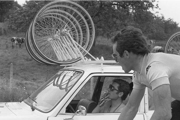 Juillet 1979 : Bernard Hinault parlant avec Cyrille Guimard (cigarette aux lèvres)