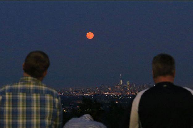 La lune prend une couleur rouge quand les rayons du soleil faiblissent.