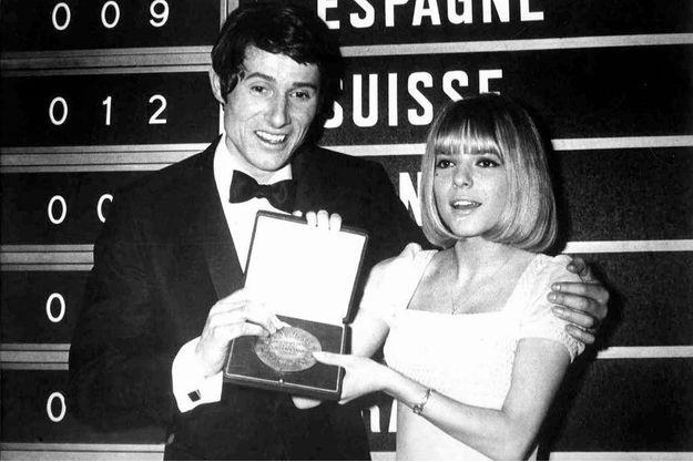 France Gall remet le Grand Prix de l'Eurovision à son successeur, Udo Jurgens, le 6 mars 1966 à Luxembourg-Ville.