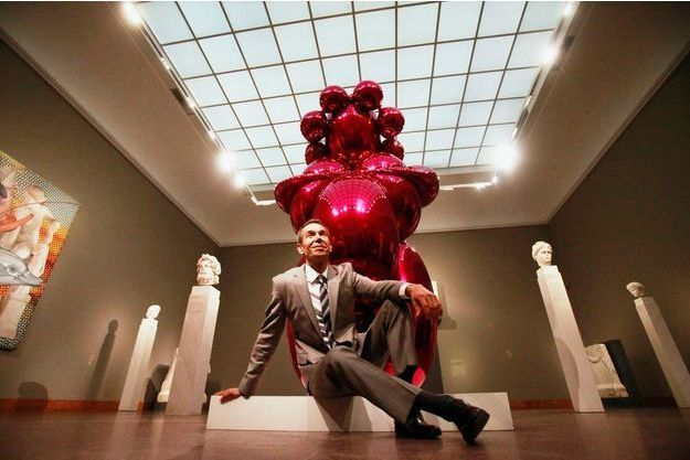 "Jeff Koons en 2012 à Francfort devant sa sculpture ""Balloon Venus"""