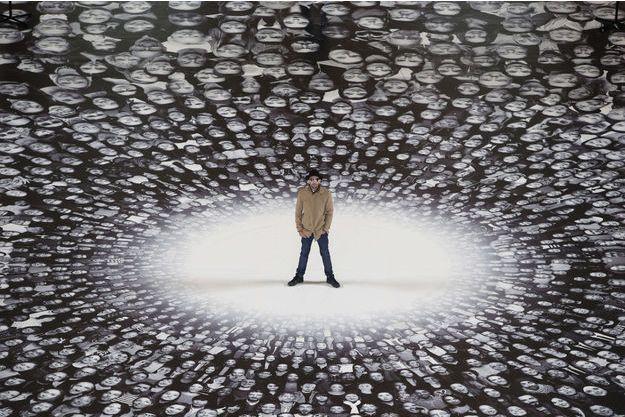 JR au milieu de son oeuvre, placée sur le sol du Panthéon.