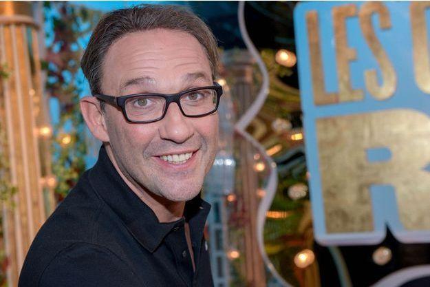 """Julien Courbet pendant l'enregistrement de l'émission """"Les Grands du Rire"""" en 2014."""