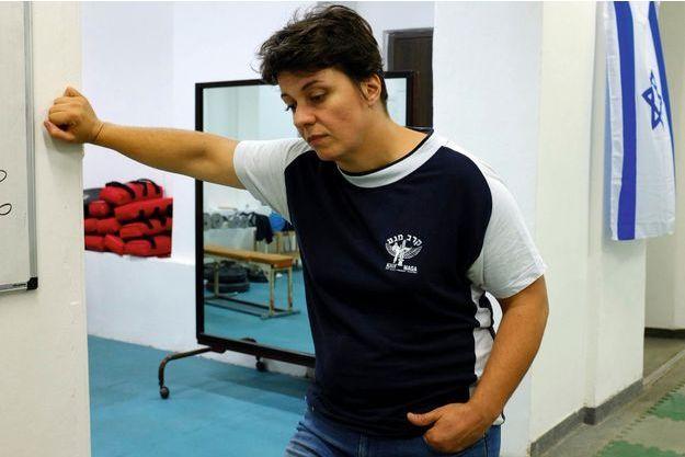 A 43 ans, elle enseigne le krav maga, un sport de combat israélien.