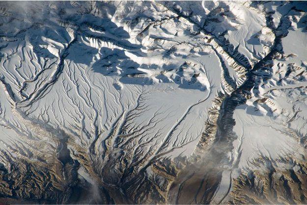 Rivière et neige sur Himalaya.