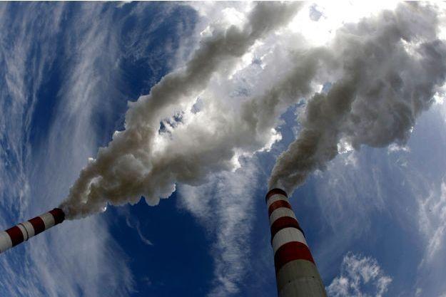 De la fumée émane des cheminées de la Belchatow Power Station, en Pologne.