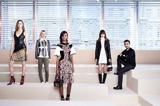 Mercredi 5 mars, quelques heures avant le lancement du défilé dans la cour Carrée du Louvre, Nicolas Ghesquière et quatre de ses mannequins.