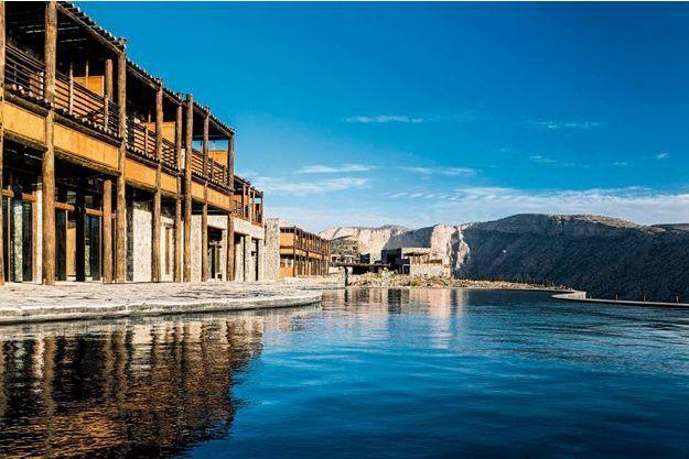 L'hôtel Alila Jabal Akhdar avec sa piscine au premier plan. En haut à gauche, la piscine vue d'une terrasse.