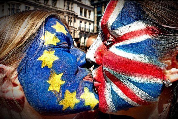 Des manifestants anti-Brexit s'embrassent lors de la manifestation du 2 juillet survenue à Londres.