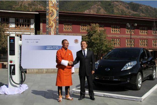 Le Premier ministre du Bhoutan Tshering Tobgay (à g.) et Carlos Ghosn, venu vendre sa voiture électrique Nissan Leaf, le 21 février à Thimphou.