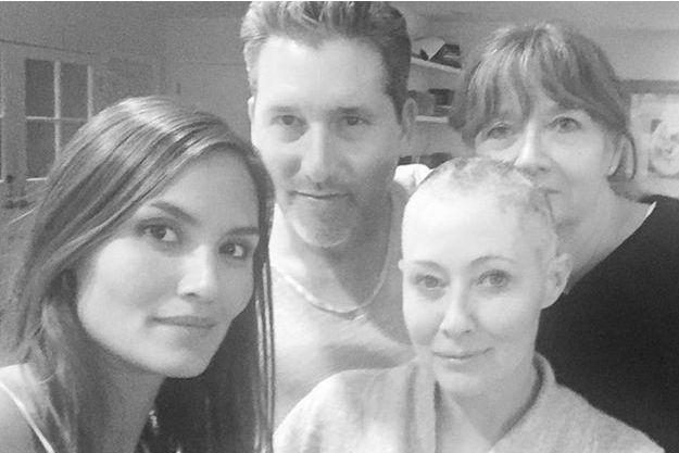 Shannen Doherty avec sa maman, Rosa Elizabeth, et ses amis, après s'être rasée le crâne