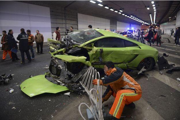 La Lamborghini accidentée suite au choc.