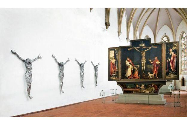 Le musée d'Unterlinden à Colmar expose ses christs de barbelé, face au retable d'Issenheim qui l'a inspiré.