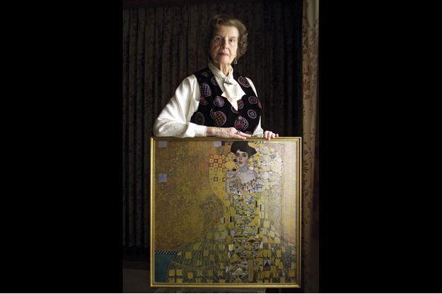 """Maria Altmann, en 2001, avec une reproduction de la """"Dame en or"""" de Gustav Klimt."""
