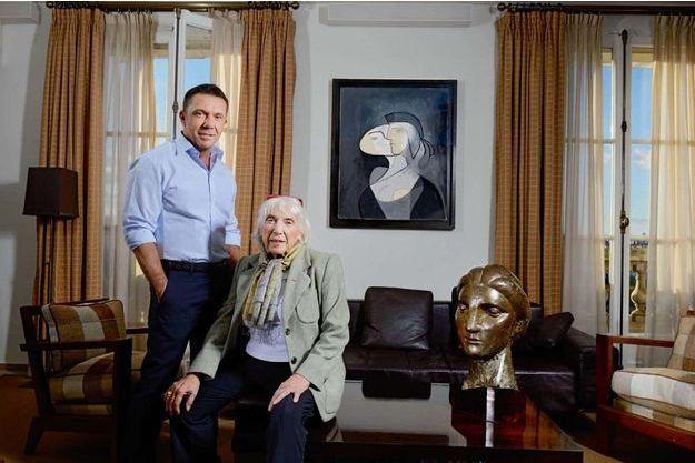 Trois générations de Picasso dans l'appartement d'Olivier, rive gauche, à Paris : le petit-fils, sa mère, Maya, et les portraits de sa grand-mère, « Marie-Thérèse, face et profil » (1931) ainsi qu'un bronze de la même année, exemplaire unique.