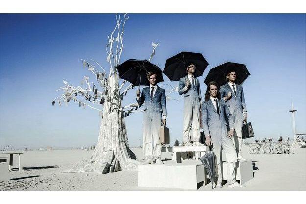 « Exchanghibition Bank », un arbre fait de billets de banque fantaisistes entouré par des banquiers d'opérette. C'est une installation de Dadara, un artiste – sculpteur – performeur hollandais qui l'a offerte à Burning Man.