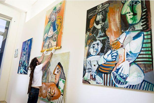 L'accrochage de « ! Picasso ¡ », exposition anniversaire à partir du 20 octobre, au Musée national Picasso-Paris, Paris IIIe.