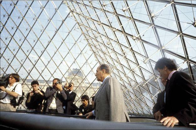 François Mitterrand inaugure la pyramide du Louvre avec Jack Lang et Ieoh Ming Pei, le 29 mars 1989.