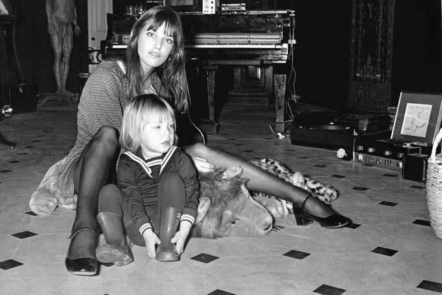 Jane Birkin et Kate Barry au début des années 70 dans l'appartement de Serge Gainsbourg,