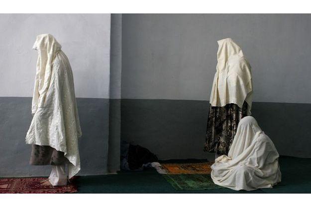Femmes priant à la Grande Mosquée de Herat. Afghanistan, octobre 2004.