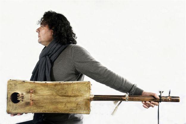 Le Marocain Aziz Sahmaoui, chanteur et joueur de guembri.