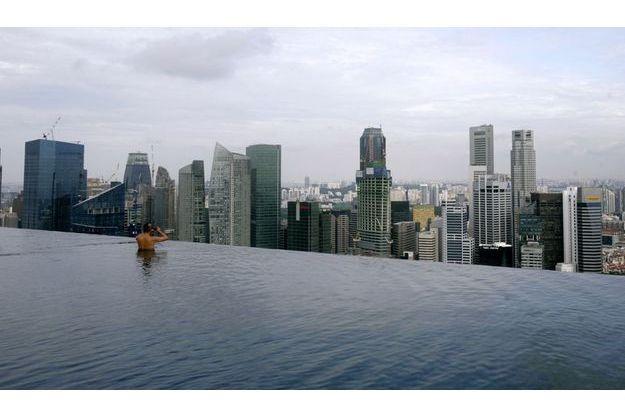 Au sommet des trois buildings de Marina Bay Sands, une piscine de 150 mètres domine le port.