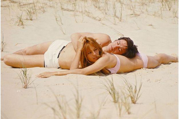 """En 1967, trois ans après leur mariage et la naissance d'Anthony, Alain et Nathalie Delon sont en vacances et profitent du soleil. Ils viennent de tourner ensemble dans le """"Samouraï"""" de Jean Pierre Melville"""
