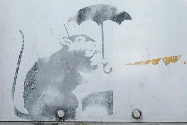 Le dessin d'un rat tenant un parapluie a été découvert près d'une station de train monorail.