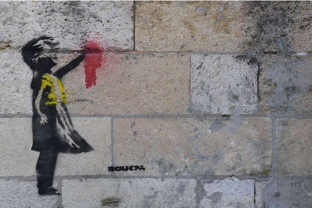 """Le pochoir évoque la """"Petite fille au ballon"""" de Banksy."""