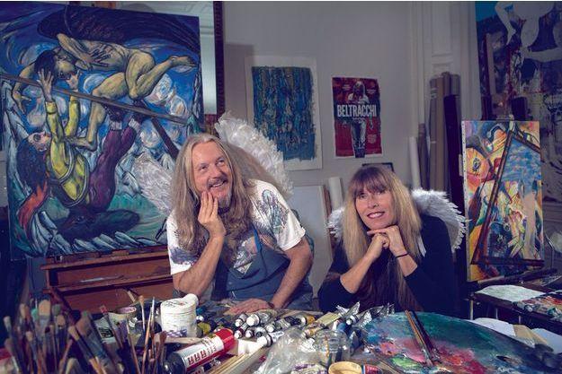 Dans leur atelier de Montpellier. Derrière le couple, deux toiles signées Beltracchi. A g., « Battements d'ailes », inspiré de Max Beckmann. A dr. « La sonnette », inspiré de Kandinsky et Magritte.